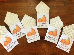 Free Thanksgiving Printables - Utensil Holder, Place Card and Food Tent Cards | Rock It Mama | Download your fee Thanksgiving hosting decoration